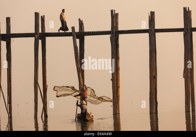 U Bein teak bridge at sunrise, Mandalay, Myanmar - Stock-Bilder