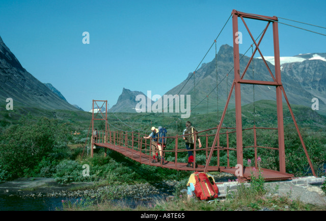 Simple suspension bridge; footbridge over the river at Vistasstugorna, Kebnekaise, Lappland, Norrbottens Län, - Stock Image