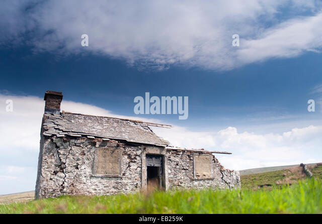 Abandoned shooting lodge on the roadside of the B6255 from Hawes to Ingleton, North Yorkshire, UK. - Stock Image