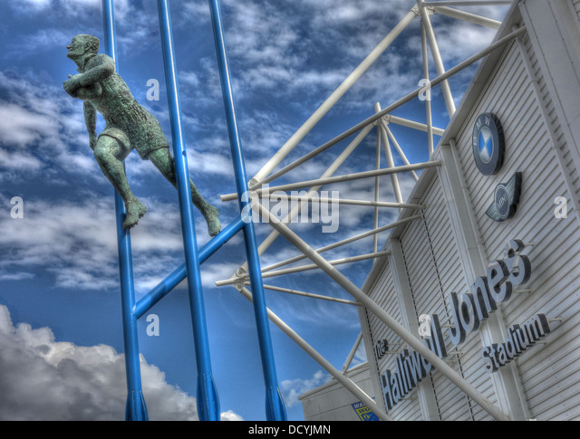 Brian Eyrl Bevan Statue at Halliwell Jones stadium, Mike Gregory Way / Winwick Rd, Warrington, WA2 7NE - Stock Image