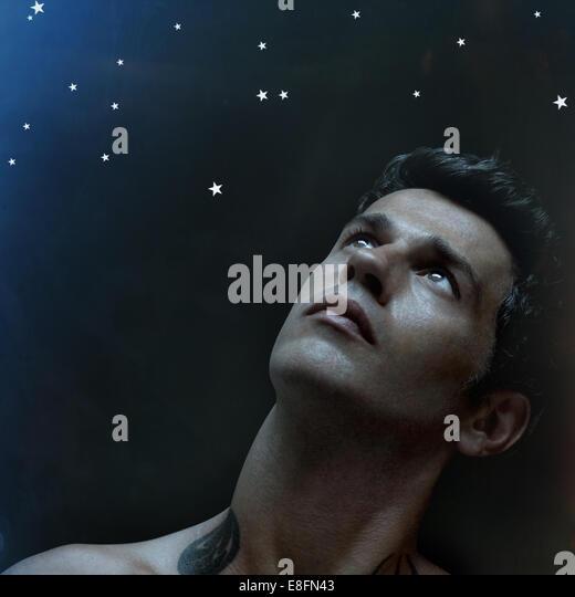 Man looking at the stars - Stock-Bilder