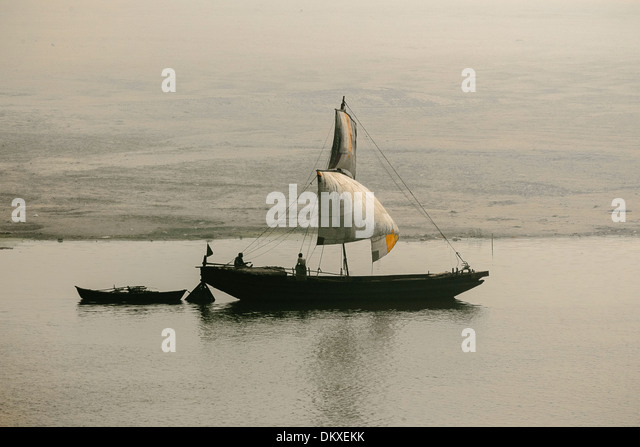 Indian Fishermen on the Ganges in sailboat, Varanasi - Stock-Bilder