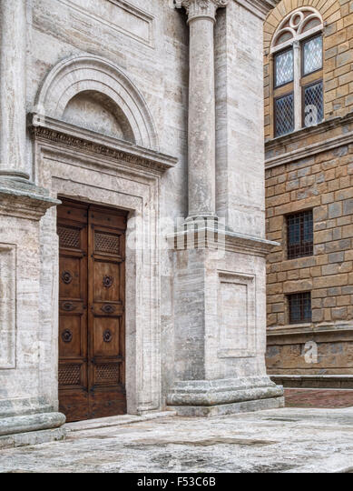 Europe, Italy, Tuscany, Pienza.  One of the entrance doors of the Cathedral of Santa Maria Assunta in the main square - Stock-Bilder