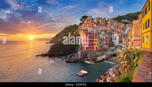 Sunset view of Riomaggiore, Riviera de Levanto, Cinque Terre, Liguria, Italy - Stock Image