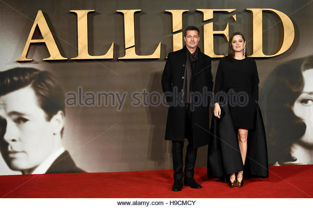 Actors Marion Cotillard and Brad Pitt pose at the premiere of the film 'Allied' in London November 21, 2016. - Stock-Bilder