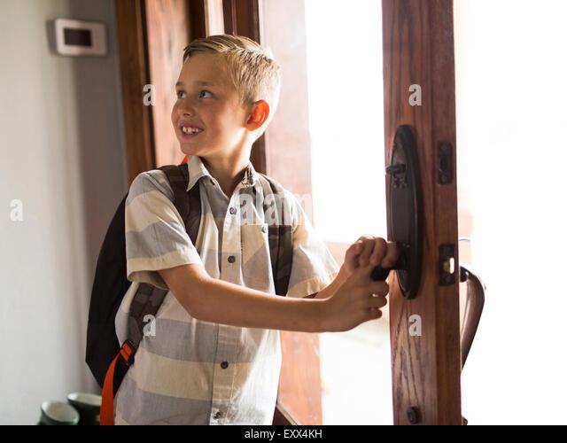Smiling boy (6-7) leaving for school - Stock-Bilder