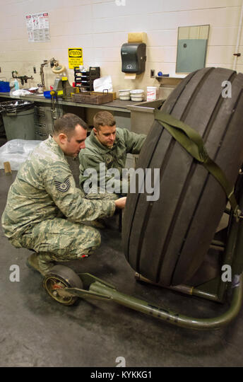 Tech. Sgt. Mike Johnson (right), a crew chief from the Kentucky Air National Guard's 123rd Aircraft Maintenance - Stock Image