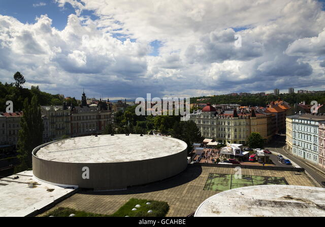 KARLOVY VARY, CZECH REPUBLIC - JULY 3: People walk on streets of spa town Karlovy Vary with roof of Hotel Thermal - Stock-Bilder