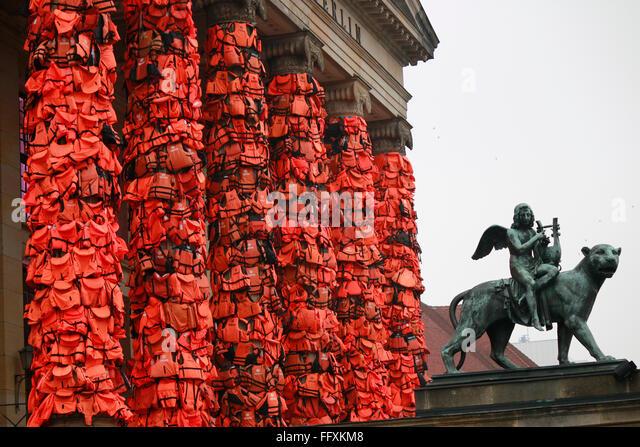 eine Politik-Installation des chinesischen Kuenstlers Ai Weiwei zur Fluechtlingsproblematik mit Rettungswesten der - Stock Image