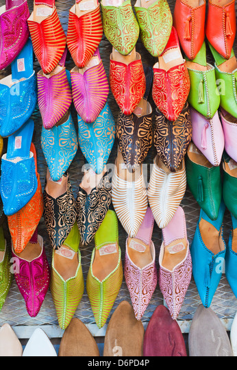 Colourful babouche for sale in thesouks in the old Medina, Place Djemaa El Fna, Marrakech, Morocco, North Africa, - Stock-Bilder