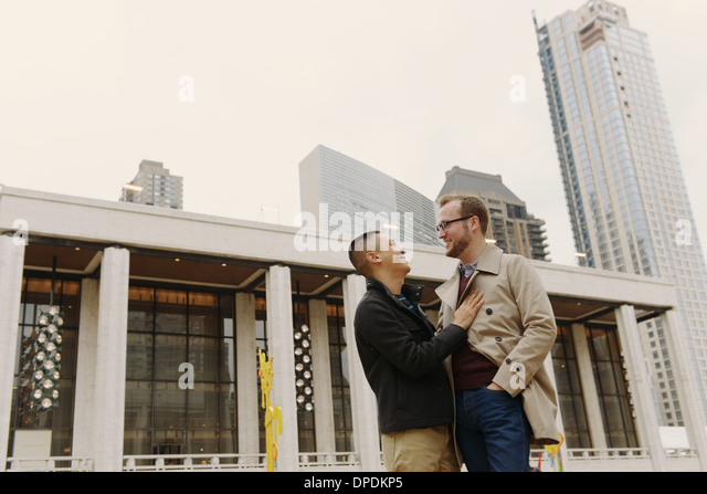 Gay couple chatting, Lincoln Center, Manhattan, New York - Stock Image