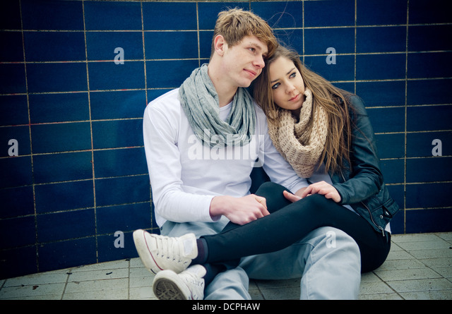 Cool young teen couple sitting on the floor - Stock-Bilder