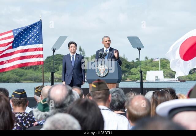 Pearl Harbour, Hawaii. 27th Dec, 2016. U.S President Barack Obama and Japanese Prime Minister Shinzo Abe deliver - Stock-Bilder
