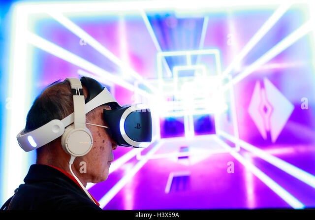 Tokyo, Japan. 13th October, 2016. A man tries out the PlayStation VR (virtual reality) console at Ginza Place on - Stock Image