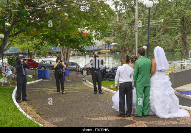 Newlyweds being photographed at Praça Benedito Silveira Camargo - Stock Image