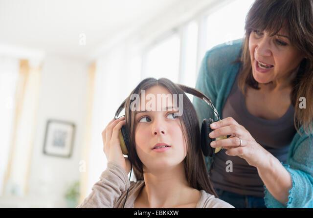 Mom yelling at teenage daughter (14-15) - Stock-Bilder