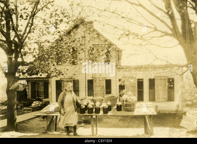 Circa 1930s New England Farm Stand, selling apple cider, potatoes, and vegetables. - Stock Image