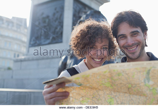 Happy couple with map below monument - Stock-Bilder