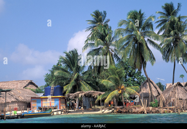 Panama San Blas Islands Cuna Indians dwellings home huts - Stock Image