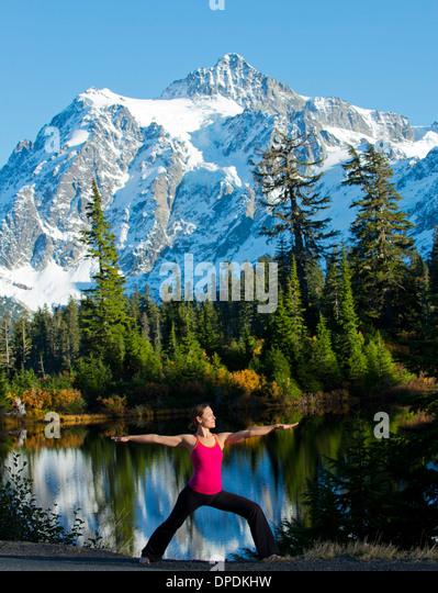 Woman doing yoga in mountain scene, Bellingham, Washington, USA - Stock Image