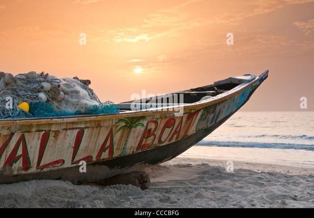 Gambian Fishing Boat on Kololi Beach at Sunset, Near Serekunda, The Gambia, West Africa - Stock-Bilder