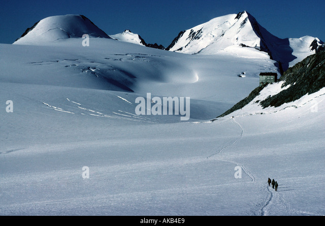 The Weisskugel and the Brandenburger Hut from the Kesselwand glacier, Ötztal Alps, Austria - Stock Image