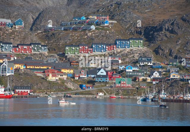 Greenland, Qaqortoq. South Greenland's largest town with almost 3,000 inhabitants. Coastal view of port area. - Stock-Bilder