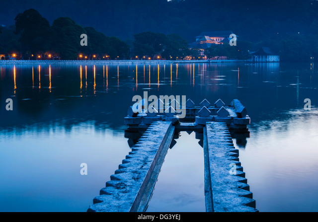 Kandy Lake and the Temple of the Sacred Tooth Relic (Sri Dalada Maligawa) at night, Kandy, Central Province, Sri - Stock Image