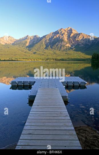 Dock in Pyramid Lake facing Pyramid Mountain, Jasper National Park, Alberta, Canada. - Stock Image