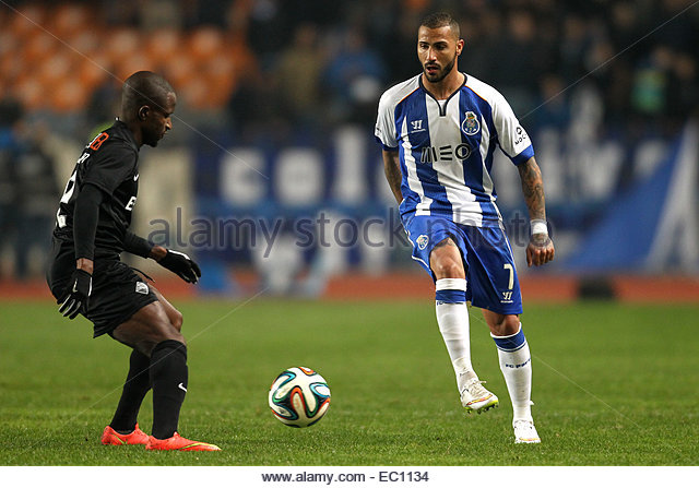 PORTUGAL, Coimbra: Porto's Portuguese forward Ricardo Quaresma (R) and Academica's defender Christopher - Stock Image