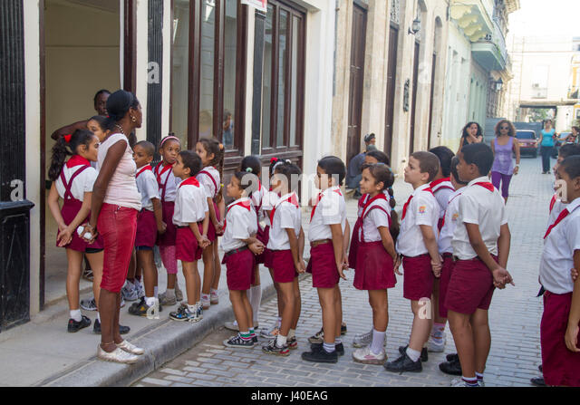 School class queeing in front a house in Havana, Cuba - Stock Image