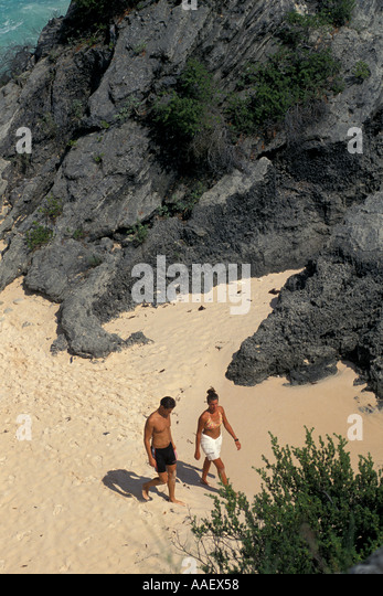 Bermuda Pink Sand Beach couple walking on beach - Stock Image