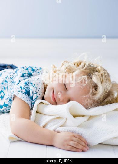 little girl holding her blanket - Stock Image