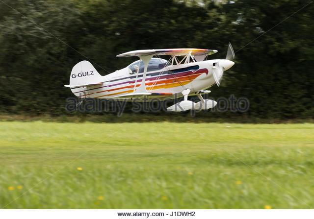 A Christen Eagle II G-GULZ landing at Stoke Golding Airfield - Stock-Bilder