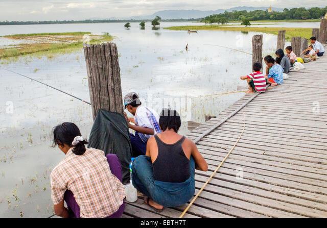Burmese people fish from the U Bein Bridge in the Taungthaman Lake,  Amarapura Township, Mandalay Division, Burma, - Stock-Bilder