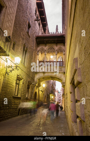 The bridge on Carrer del Bisbe in the Barri Gotic, Barcelona, Spain - Stock Image