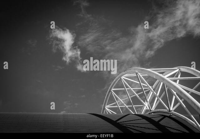 Abstract metalwork girders and skyline of football stadium - Stock-Bilder