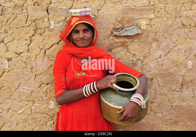 Young woman in a sari with water jug, Thar Desert, Rajasthan, India, Asia - Stock-Bilder