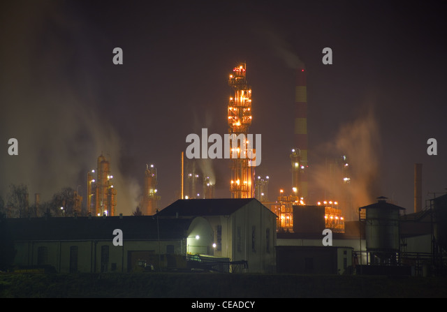 Smog production by oil refinery - Stock Image