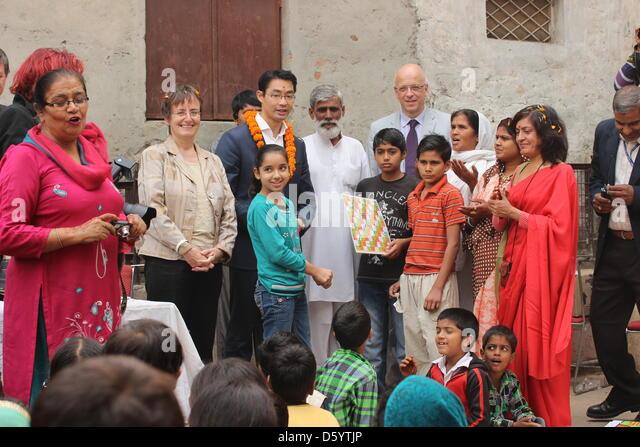 Bundeswirtschaftsminister Philipp Rösler (M, FDP) besucht am 03.11.2012 den Slum Rangpuri Paharati in Neu Delhi, - Stock-Bilder