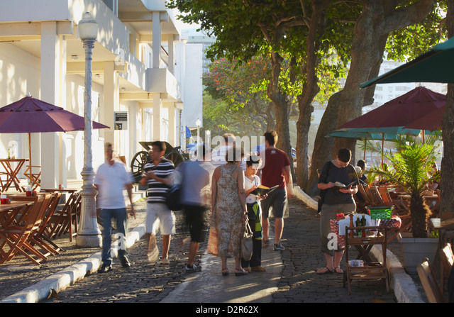 People walking past cafes in the grounds of Forte de Copacabana (Copacabana Fort), Copacabana, Rio de Janeiro, Brazil - Stock-Bilder