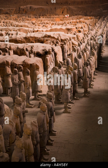 Profile shot from left of standing soldiers Pit 1 Terracotta Army Xi'an China JMH2037 - Stock-Bilder