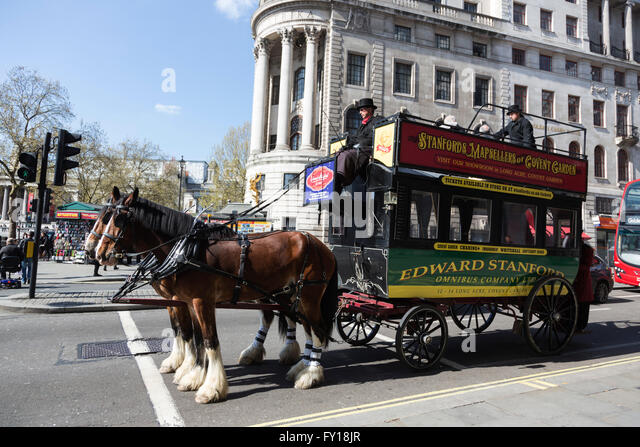 London, UK. 19 April 2016. A vintage horse-drawn tram or omnibus in the Strand. Credit:  Vibrant Pictures/Alamy - Stock Image