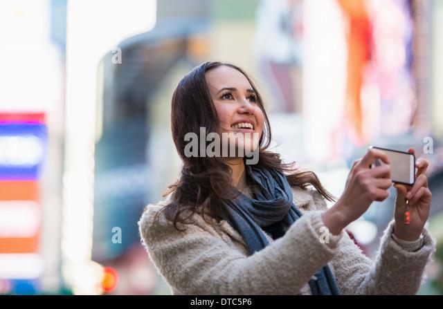Young female tourist photographing, New York City, USA - Stock-Bilder