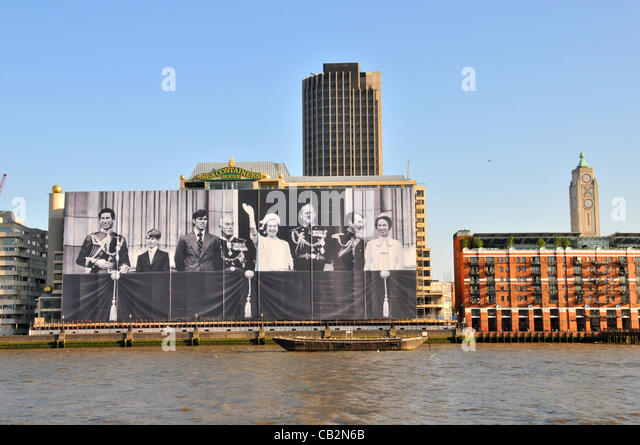 London, UK. 25 May, 2012. The largest picture of the Royal Family on the front of Sea Containers House on the Southbank, - Stock-Bilder