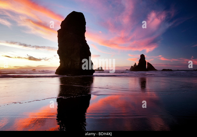Low tide and sunset reflection at Samuel H. Boardman State Scenic Corridor. Oregon - Stock-Bilder