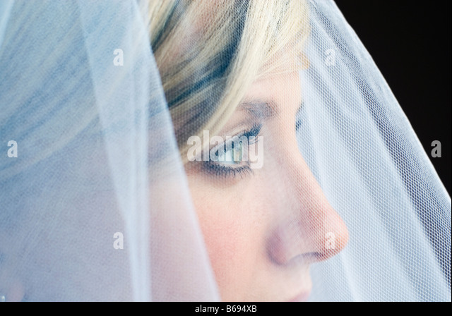 Bride wearing veil, close up - Stock Image