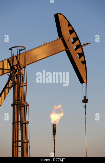 Oil well pumpjack pump jack gas flare flare stack eastern plains Colorado Oil well developed hydraulic fracturing - Stock-Bilder