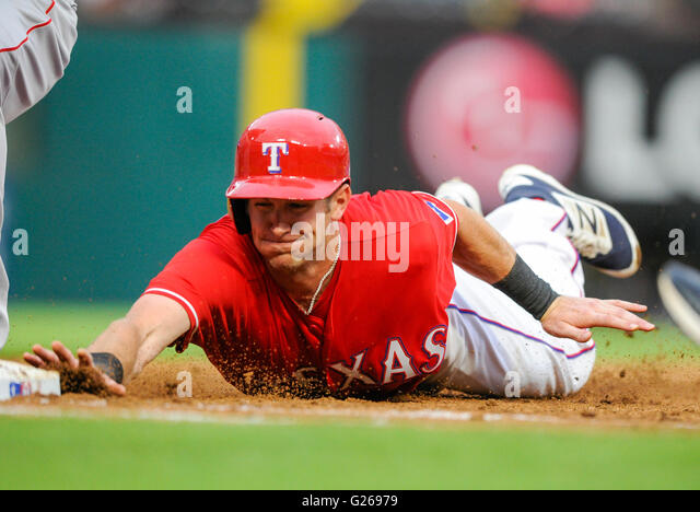 Arlington, Texas, USA. 24th May, 2016. Texas Rangers outfielder Jared Hoying #36 dives back to first base in the - Stock-Bilder