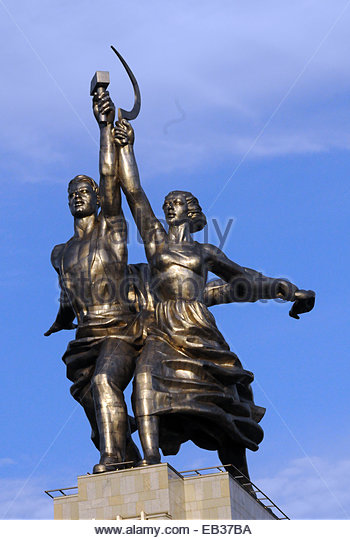 Two figures with sickle and hammer, symbolizing the Soviet epoch stands dramatically along roadside in Moscow, Russia. - Stock-Bilder